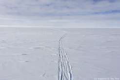 Le dernier Ilyushin a quitté l'Antarctique, laissant déserte la base de Union Glacier. Dans quelques jours, le vent forcira emportant nos dernières traces de ski laissées ci et là à travers le continent. Nous savions que ces traces seraient éphémères, mais d'autres, nous l'espérons, viendront à nouveau arpenter bientôt ce désert de glace. Entre temps, la nuit permanente enveloppera ce continent, le rendant encore plus hostile, inhospitalier, et rude. Même si nous sommes, seuls, bien peu de choses face à l'immensité de l'Antarctique, ce continent a besoin de toute notre attention et notre protection.