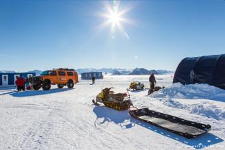 Le soleil brille sur Union Glacier, mais les conditions météo sont défavorables sur le point de départ de l'expédition et ne permettent pas au Twin Otter de s'y poser. Nous sommes prêts, nous attendons. Nous prenons aussi conscience du défi qui nous attend : parcourir 2.045 km à pied à travers l'Antarctique, via le pôle Sud.