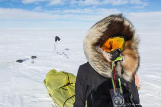 Nous utilisons une boussole pour nous orienter, et un GPS pour fixer le cap de temps en temps. Le vent et le soleil, lorsqu'ils nous accompagnent, sont des indicateurs de terrain tout aussi efficaces que la boussole.