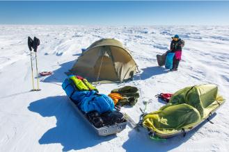 Il est 22h. Le campement est installé pour la nuit. Un point vert dans l'immensité blanche. Le soleil, lorsqu'il ne disparaît pas derrière un voile nuageux, réchauffe un peu l'intérieur de la tente, pas autant toutefois que le réchaud que nous utilisons pour faire fondre la glace nécessaire à nos besoins en eau (environ 4 litres par jour et par personne).