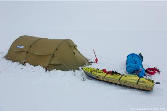 La pelle, oubliée à l'extérieur de la tente, nous permet de sécuriser la tente avec des blocs de glace ou de la neige, et nous est utile également pour récupérer la glace qui sera bientôt de l'eau pure, après passage sur le réchaud ! Le réchaud est allumé trois à quatre heures par jour.