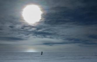 Le jour est permanent en Antarctique durant la saison estivale (qui correspond à notre hiver). Le soleil tourne autour de nos têtes mais ne s'incline ici jamais totalement.